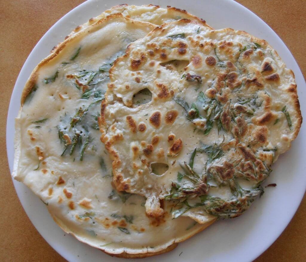 A German dish of freshly picked mugwort in pancakes (Photo by Sarang on Wikimedia Commons)